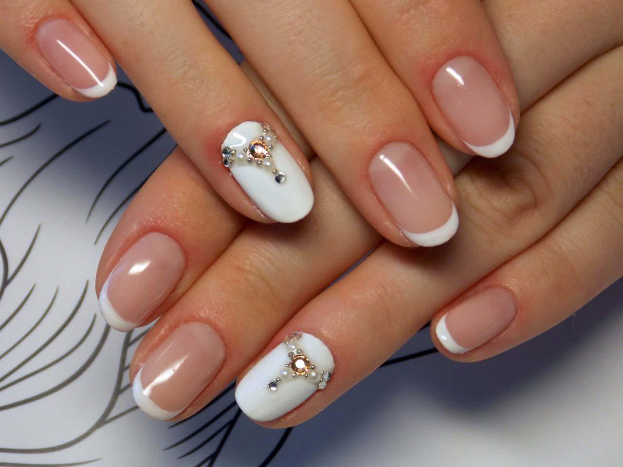 Белый френч с белым ногтем фото