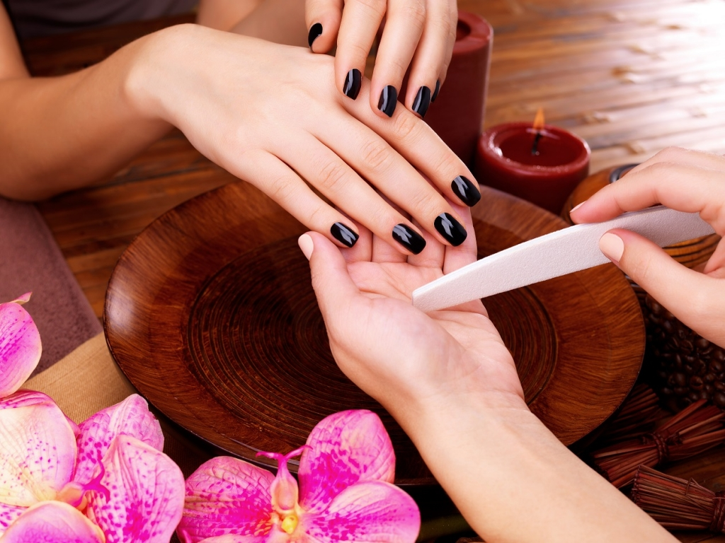 Услуги дизайна ногтей и покрытия гель-лаком
