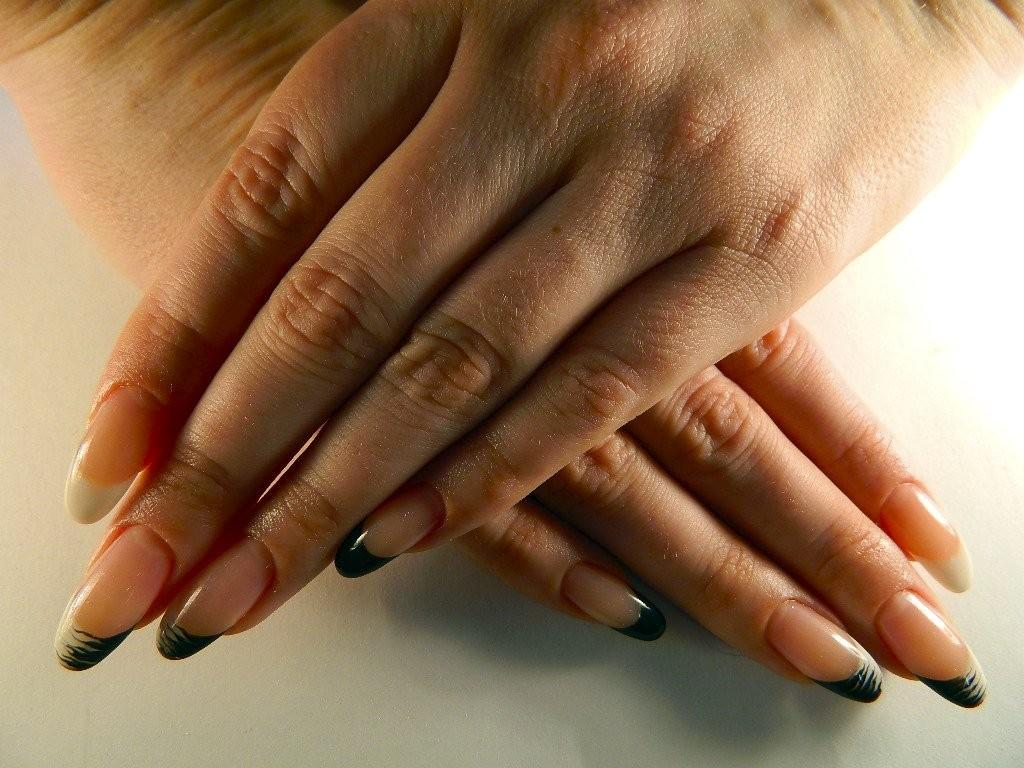 дополнением картинки нарощенных ногтей овальной формы фото также выделяются специфические