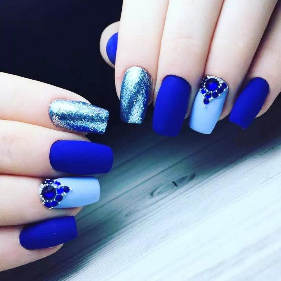 Яркий синий маникюр (53 фото)