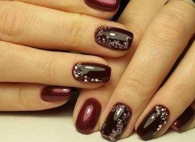 Бордовые ногти с цветами