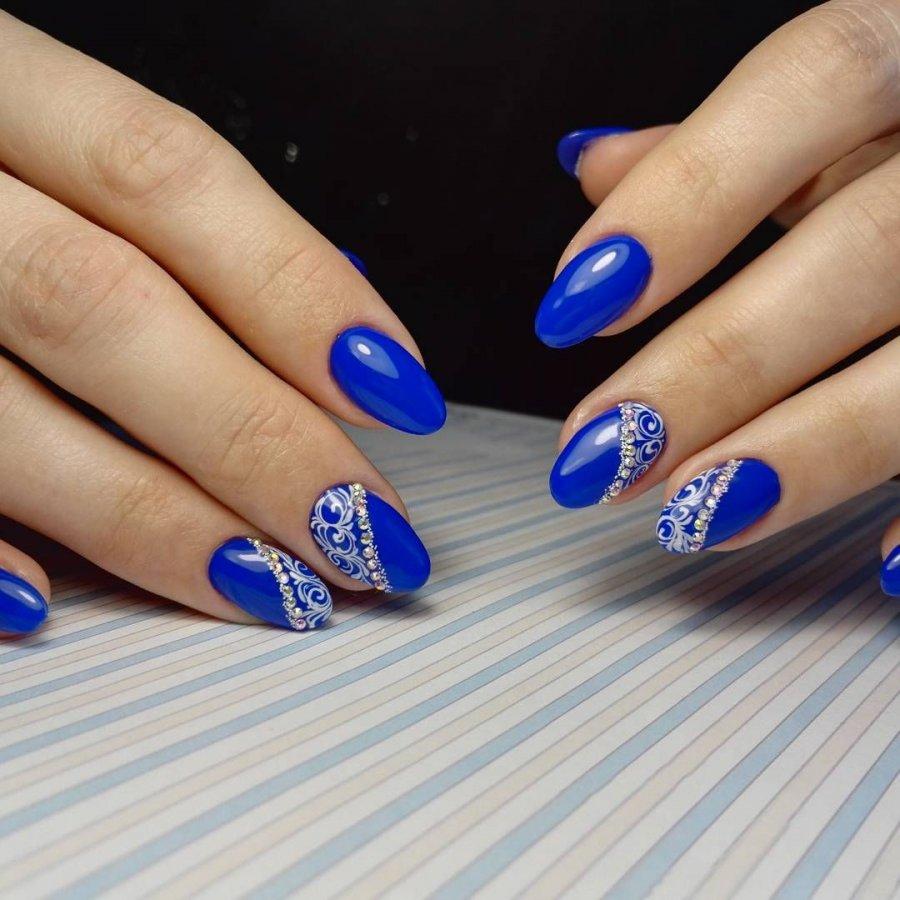 Синий гель лак на ногтях фото